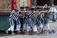 KYO Hommes portant un palanquin lors des processions de Gion matsuri