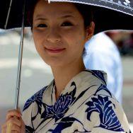 Kyoto, une passante en yukata traditionnel à l'occasion de Gion matsuri.