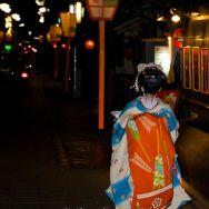 Maiko dans une ruelle de Kyoto
