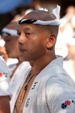 Portrait d'un homme en costume traditionnel.