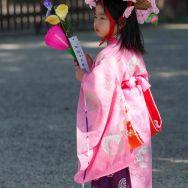 Nara, enfant en habits de cérémonie pour la fête du printemps