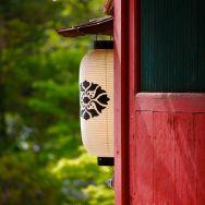 Lanterne de papier et porte rouge