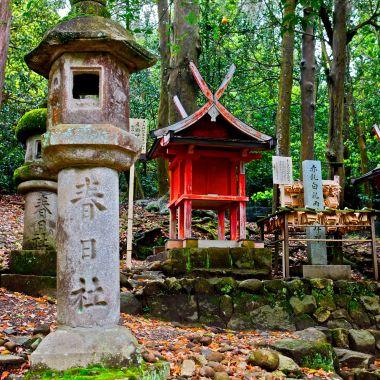 NARA lanternes de pierre et petit sanctuaire