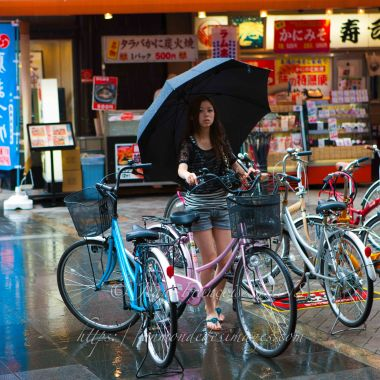 55-OSAKA jeune fille au parapluie