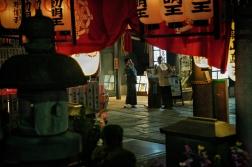 Scène de rue aux abords du temple Hozen-ji de Dotombori
