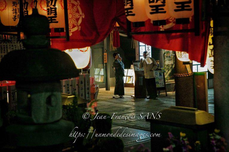 52-OSAKA scène vue d'un petit temple