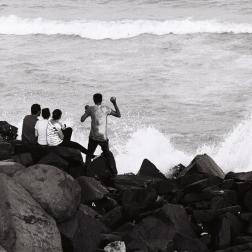 Pondichéry - le dimanche les familles viennent se balader et regarder la mer agitée