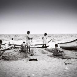 Mahabalipuram - pêcheurs réparant les filets