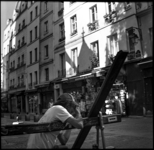 Homme se rasant sur un banc - Paris Marais - juillet 2019